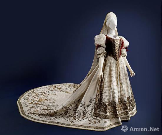 匈牙利女性服饰(整组,共四件:裙子、护腰、围裙、头纱)  裙子 1867年    丝,棉,金属    长:320厘米    匈牙利国家博物馆藏