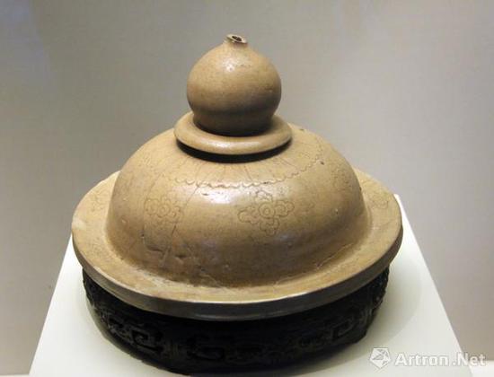 (五代)越窑青釉褐彩器盖,浙江博物馆藏