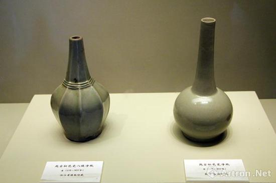 浙江省博物馆所藏的唐代秘色瓷八棱瓶与故宫博物院所藏的唐代秘色瓷净瓶对比呈现