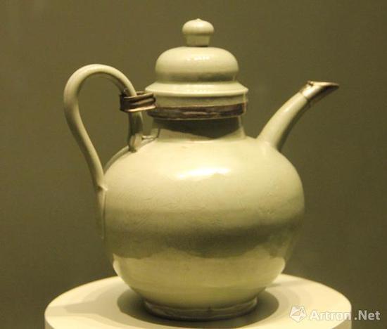 圣宗贵妃墓出土的(辽,916-1125年)越窑秘色瓷银釦执壶,内蒙古自治区文物考古研究所藏