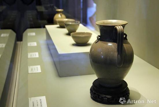 (五代,907-960)越窑青釉双系执壶,故宫博物院藏