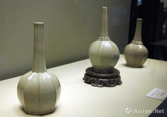 故宫博物院所藏的两件秘色瓷八棱净瓶(左一、左二),与上林湖后司岙窑址出土的八棱净瓶同台展出,彰显出秘色瓷独特的魅力。