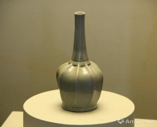 出土自法门寺地宫的越窑青釉八棱净瓶,与衣物账碑记载的13件秘色瓷特征一致,也被认为是秘色瓷。