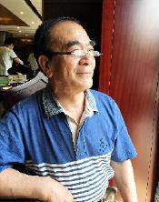 """齐同民,文物收藏家、文化学者。1953年生,曾做文艺工作者和教师30年。藏品曾被中国联合国协会、中国智慧工程研究会、联合国千年发展目标中国周公益主题活动组委会评为""""民间收藏十大国宝""""之一,其本人也被评为""""中国十大收藏家""""之一。"""