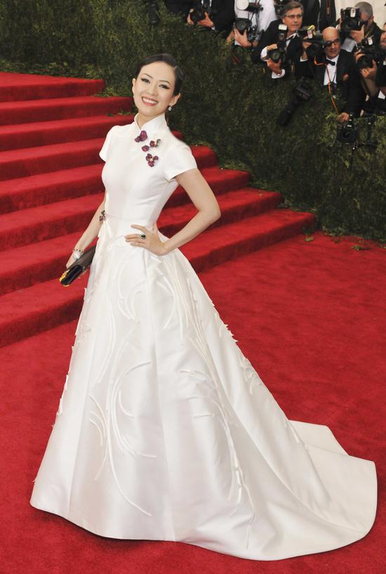 2015年章子怡亮相Met Gala,一袭白色中式长裙搭配玫瑰花瓣形状的宝石胸针。玫瑰花瓣胸针便是来自赵心绮之手。