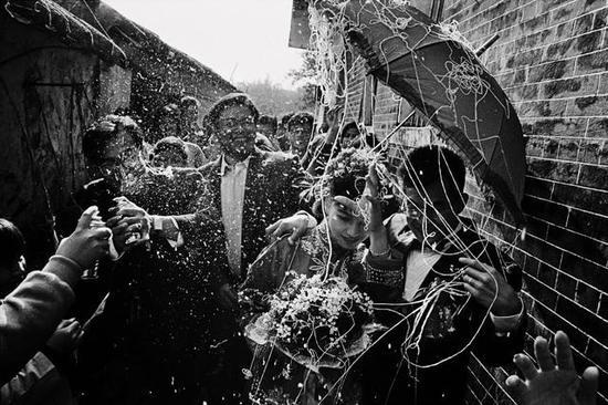 在花费了30多年时间和超过25次往返中国的自费旅行之后,Zachmann整理出版了多达583页的中国摄影集。