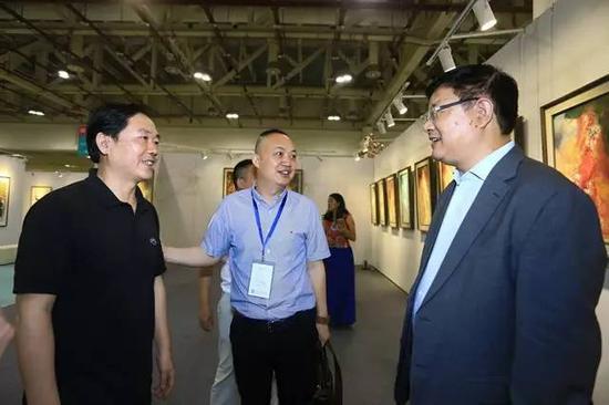 厦门市委宣传部副部长戴志望(右)、艺术厦门董事长罗文轩(中)、龙岩市美协主席梁明(左)