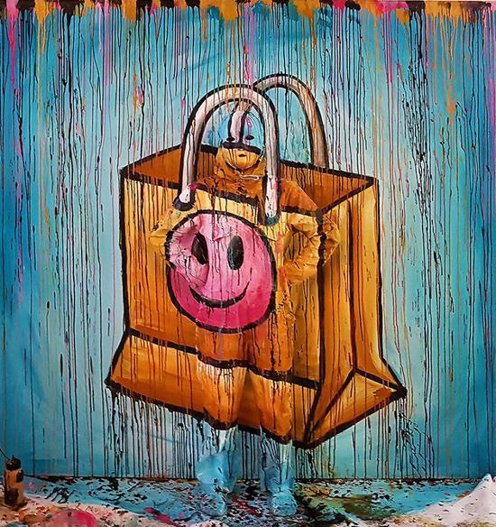 在大型的木板上作画,但是它的特殊之处是,有一名活生生的人在这幅