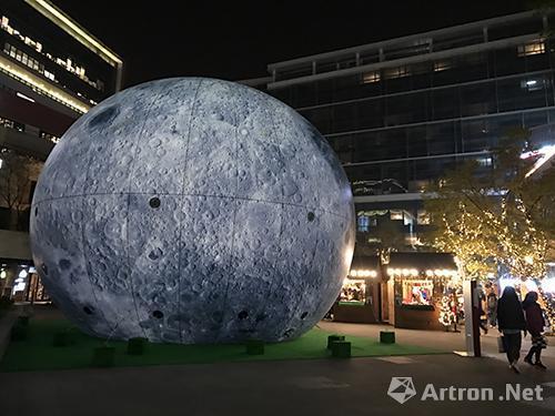 """虹桥天地""""光影上海""""艺术展中国艺术家冯嘉城的作品《月霾》"""