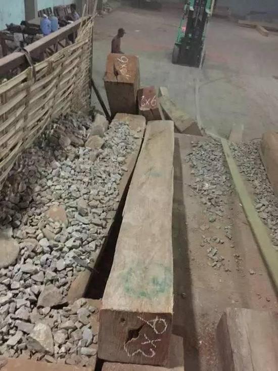 现在,即使在缅甸境内,运输缅花原木也必须小心翼翼的躲过路上的检查,这些石头和口袋都是用来伪装的。