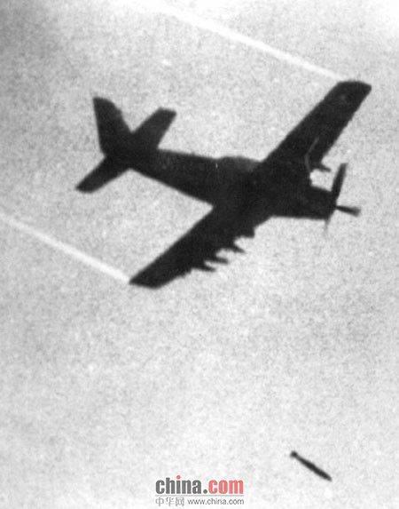 1972年6月8日,南越军机误炸平民,图为美联社摄影师黄幼公现场拍摄的飞机投弹瞬间。