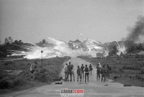 1972年6月8日,南越军机误炸平民,图为当时轰炸的情景。
