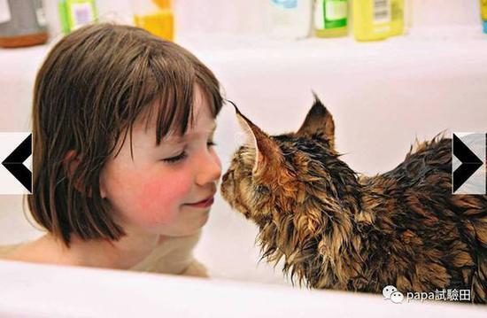 睡觉要一起,怕水的Thula连洗澡也要陪着Iris,小姑娘的笑容也更多了。Iris的故事也被出成了书。