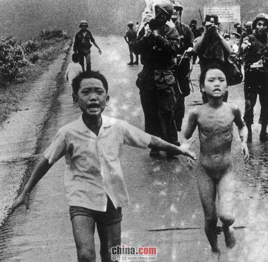 1972年6月8日,南越军机误炸平民,图为受伤的金福与亲戚争相逃命。