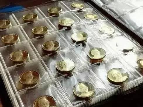 同时,建议大家不要使用图中这种卡册保存纪念币,他并不能够完全地防潮防氧化!了解详情可以点击下方链接哦!