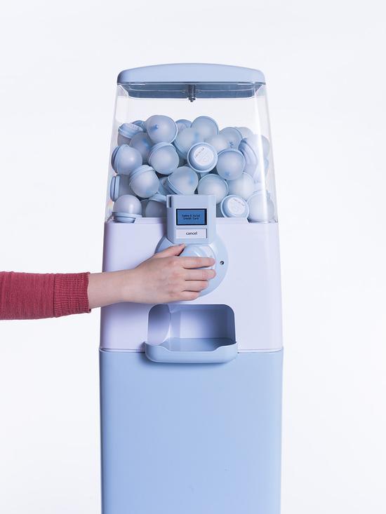 """女性朋友可以利用扭蛋机随机购买一款包含一个""""flake""""玩偶与一份精子样品的扭蛋"""