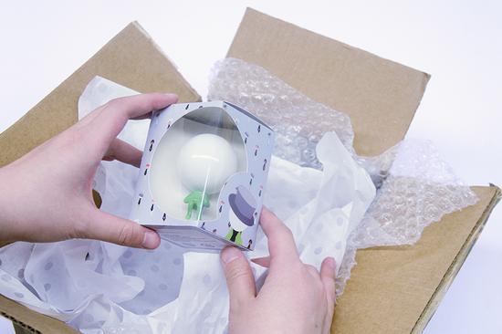 """在线上订购""""flake""""玩偶之后,cumulus中心会以邮寄包裹的形式向顾客发送包含样品的玩偶"""