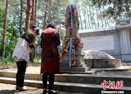 两名日本遗孤代表在墓碑前祭拜 王舒 摄