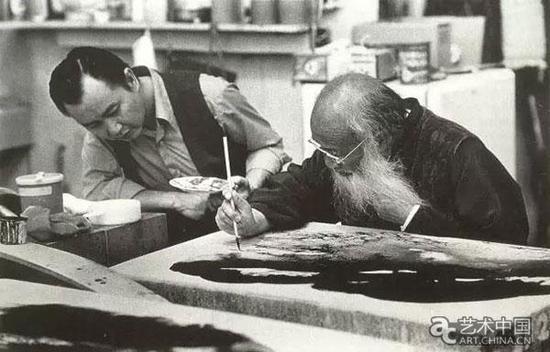 1973年,张大千在石版上进行创作,左一为其子张保罗