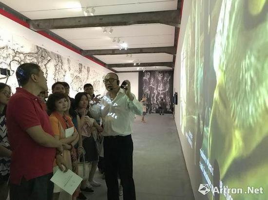 策展人朱青生教授为观众导览