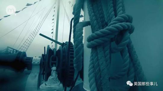 由于沉船时船只断裂和海浪的搅动,