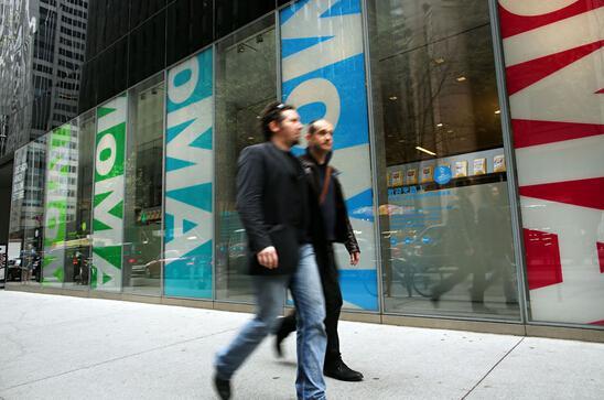 行人从纽约现代艺术博物馆前面走过。