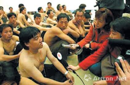 宋冬和民工一样裸着上身接受采访。