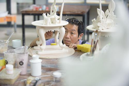 7月6日,来自韩国的艺术家金才圭正完善自己的作品。