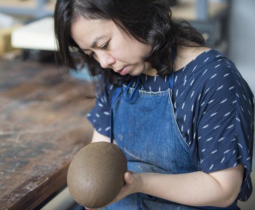 7月6日,来自台湾的艺术家王怡惠正为自己的作品塑形。