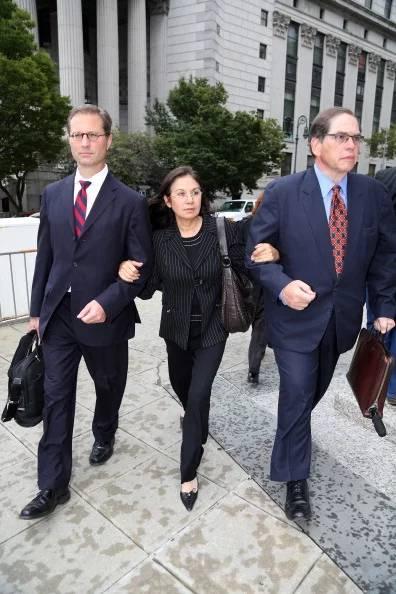 2013年,格拉菲拉·罗萨尔斯(中间)离开曼哈顿联邦法院。图片:致谢Jefferson Siegel/NY Daily News via Getty Images