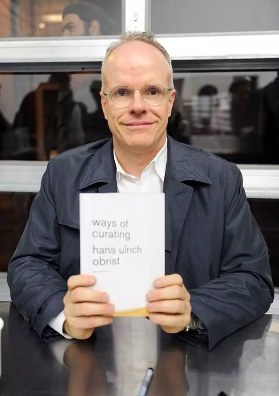 小汉斯(Hans Ulrich Obrist)参加瑞士学院举办的新书《策展的方式》(Ways Of Curating )首发式,2014年11月,纽约。图片:Craig Barritt/Getty Images for Surface Magazine