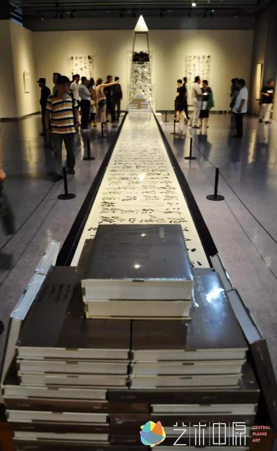 """展览中最为别致的当属""""废纸三千""""这一装置作品。"""