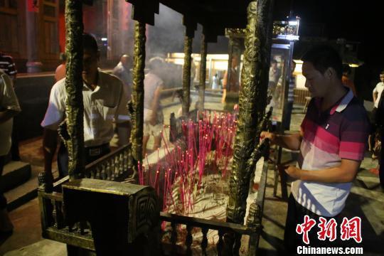 村民在普照堂上香祈祷章公祖师还乡。 林文青 摄