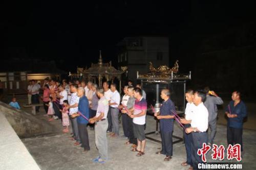 阳春村和东浦村村民连续数日驻守普照堂,依古制上香祈祷章公祖师还乡。 林文青 摄