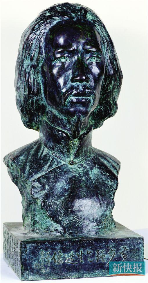 """李金发《黄少强像》 ●雕塑,1936年作, 广东美术馆藏 《黄少强像》堪称中国雕塑先驱人物李金发唯一存世原作,被誉为中国象征主义""""第一诗人""""和""""中国雕塑界之泰斗""""的李金发无论在20世纪新诗史上或是雕塑史上都是一个绕不过的话题。在雕塑领域,李金发是一个稳重、扎实、严守法则的雕塑元老。他钟情的是16世纪文艺复兴时期米开朗基罗式的强调写实、讲究力度的风格。"""