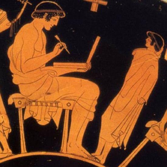 这个浮雕正在美国加州博物馆展出,不相信外星人或时间旅行的人认为,他只是古希腊人用来书写的蜡板。