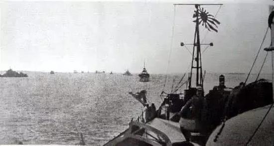 开往上海战场的日本军舰