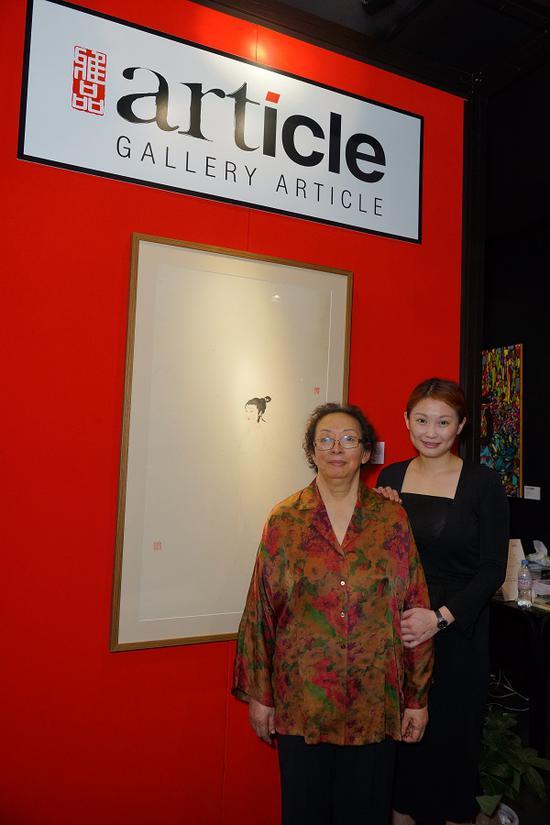 傅益璇(左)与其女儿傅蕾蕾在傅抱石先生的作品前留影