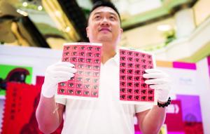 """一号专业破版人员展示刚刚破版成功的""""猴票""""。信息时报记者 陆明杰 摄"""
