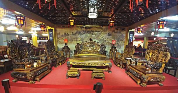 广西凭祥家具城的黄花梨大宝鼎,售价两亿。(陈劲松 摄)