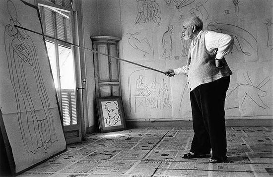 1949年,马蒂斯在其工作室中,摄影:Robert Capa(图片来源于网络)