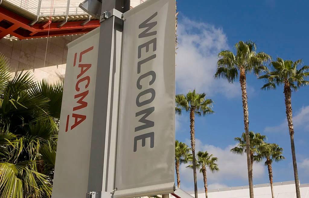 洛杉矶郡破艺术博物馆的欢送标识散布在了都会各地。图片:by George Rose/Getty Images