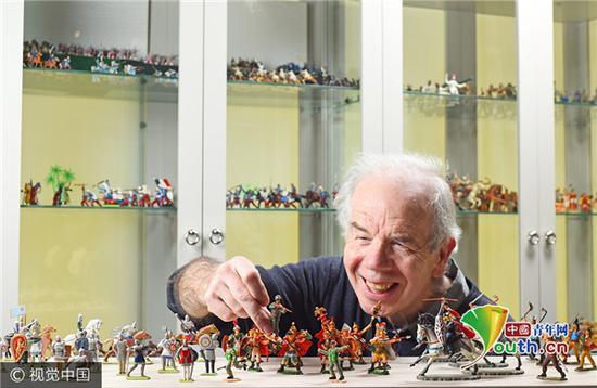 """2017年7月27日讯(具体拍摄时间不详),英国伦敦, Liz West与他的""""玩具士兵""""纪念藏品。"""