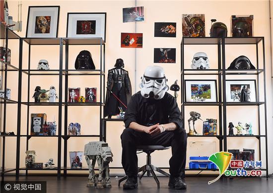 """2017年7月27日讯(具体拍摄时间不详),英国伦敦,Darryll Jones与他的""""星球大战""""主题纪念藏品。"""