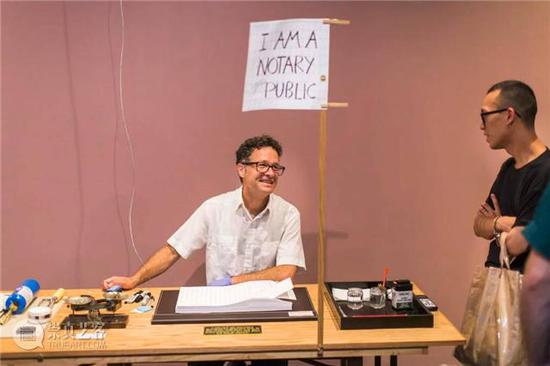 """Paul Ramírez Jonas在新美术馆""""Paul Ramírez Jonas:半真相""""展览现场作品《Alternative Facts》管理自己的工作台。图片:Courtesy of the New Museum / Scott Rudd"""