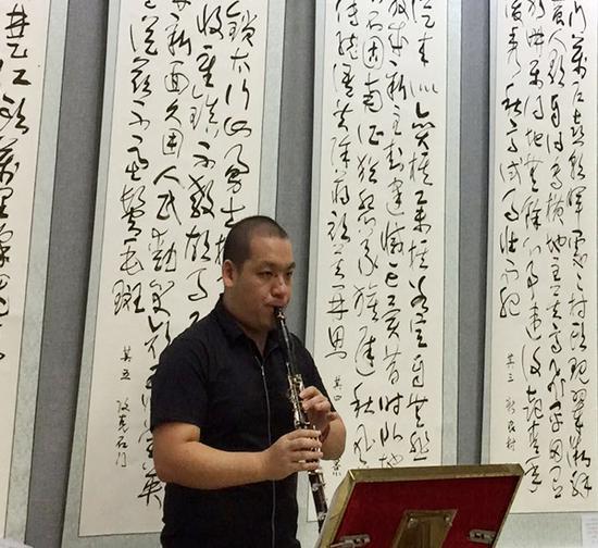 湖北江汉大学著名音乐人廖逸君现场演奏革命歌曲助兴