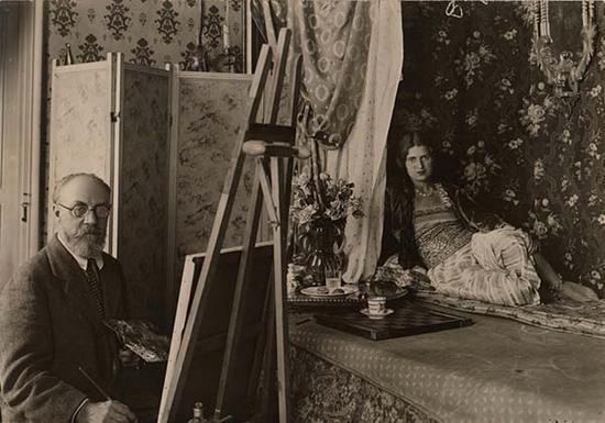 1928年,马蒂斯在法国尼斯工作室创作《后宫佳丽》系列