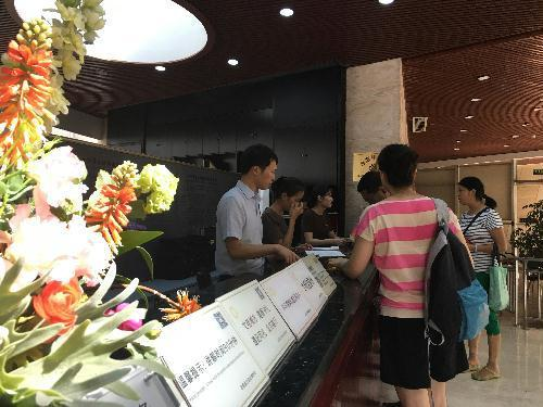 九寨沟地震后第二日,成都金沙遗址博物馆正常开放,游客参观秩序井然