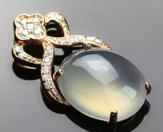 我们来看看玛瑙的由来:玛瑙是一种石英类的玉石,玛瑙一词来源于佛