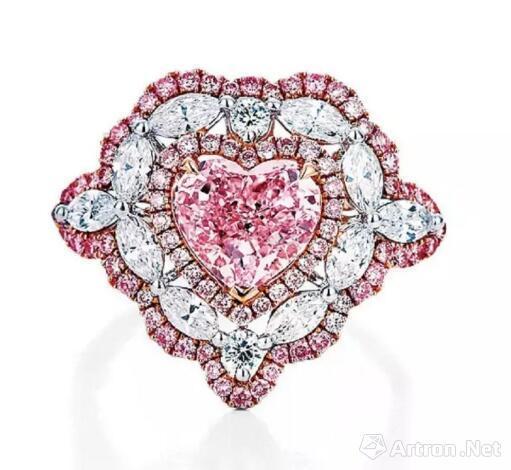 1.59克拉淡粉红色钻石配浓彩粉色钻石戒指